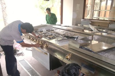 Nhân viên bảo dưỡng bếp công nghiệp